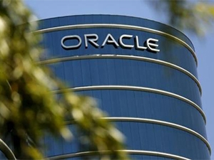 Dyn will help Oracle's cloud customers improve access and page-load speeds for their Web sites.